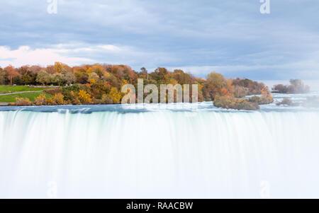 Der Blick über die Horseshoe Falls in der Dämmerung, ein Teil der Niagarafälle. Die fällt die Grenze zwischen Amerika und Kanada straddle. - Stockfoto