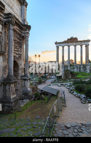 Abend in den Ruinen des Forum Romanum in Rom, Italien. - Stockfoto