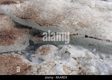 Eine Nahaufnahme der einige schmutzige Eis auf gefrorene Meer. Da der Frühling das Eis beginnt, in kleinere Stücke zu teilen. Schöne Details! - Stockfoto