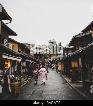 Touristen und japanische Frauen im traditionellen Kimono sind zu Fuß auf dem Weg zum kiyomizu-dera Tempel in Kyoto. - Stockfoto