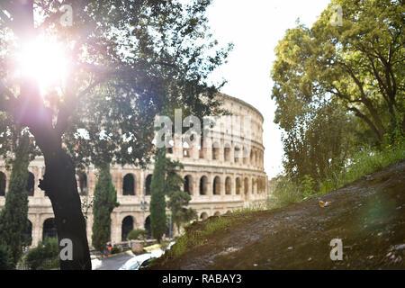 Spektakuläre Aussicht auf das Kolosseum mit grünen Bäumen im Vordergrund. Rom, Italien. - Stockfoto