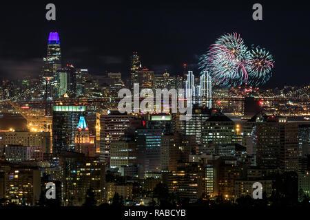 Oakland und San Francisco Stadtzentren mit Silvester 2019 Feuerwerk. - Stockfoto