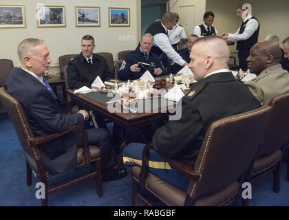 Verteidigungsminister James Mattis spricht mit Command Sgt. Maj. John W. Troxell, Senior Soldaten Berater des Vorsitzenden des Generalstabs und älterer Soldat Führer der Streitkräfte vor einem Arbeitsfrühstück im Pentagon in Washington, D.C., Jan. 27, 2017. - Stockfoto