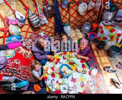 Lokale Familie in einer Jurte übernachten in der Nähe von Songkol See, Kirgisistan, Zentralasien, Asien - Stockfoto