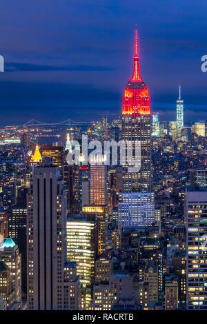 Lower Manhattan Skyline von der Spitze des Felsens, Empire State Building bei Nacht, New York, Vereinigte Staaten von Amerika, Nordamerika - Stockfoto