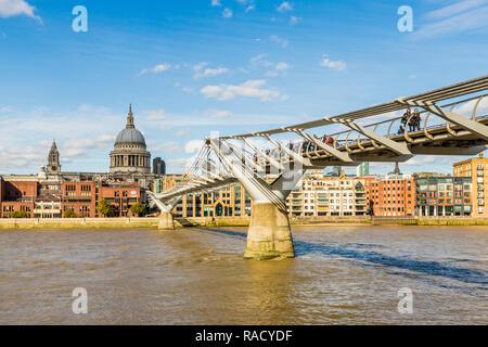 St. Paul's Cathedral und die Millennium Bridge über die Themse, London, England, Vereinigtes Königreich, Europa - Stockfoto