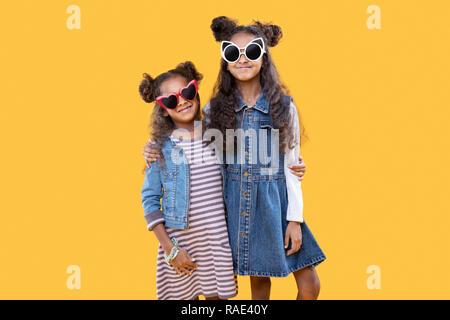 Frohe glückliche junge Schwestern umarmen - Stockfoto