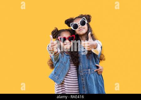 Schöne nette Mädchen zeigen Sie OK Zeichen - Stockfoto