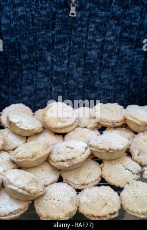 Mann, der Weihnachten gebacken hausgemachte Torten auf einem Gitter mince - Stockfoto