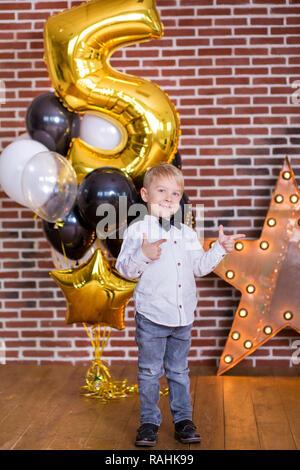 Schöne Kinder, kleine Jungs feiern Geburtstag und blasen Kerzen auf hausgemachte Kuchen, indoor Geburtstagsfeier für Geschwister Kinder. Happy Twins - Stockfoto