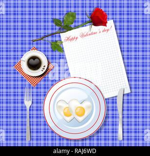 Valentinstag Frühstück. Herzförmige crambled Eier auf weißen Teller und Tasse Kaffee mit Herz auf blau kariertem Tischtuch Hintergrund mit roten Ros - Stockfoto