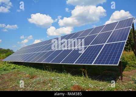 Solarzellen auf dem Boden installiert. Solar Energie Konzept. - Stockfoto