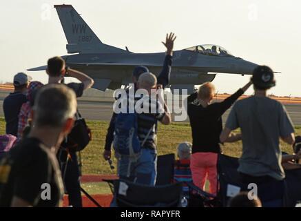 Geelong, Australien - US Air Force Maj Richard Smeeding, F-16 Viper Demonstration Team Pilot, Wellen zu einem erfreut Masse während der Australian International Airshow und Luftfahrt & Verteidigung Exposition (AVALON) März 3. AVALON 2017 ist die größte und umfassendste Veranstaltung ihrer Art in der südlichen Hemisphäre und zieht die Luft- und Raumfahrt Berufe, Verteidigung, Luftfahrt Enthusiasten und die allgemeine Öffentlichkeit. Die USA beteiligt sich an AVALON 2017 und andere ähnliche Ereignisse der US-Engagement für die regionale Sicherheit und Stabilität unter Beweis zu stellen. - Stockfoto