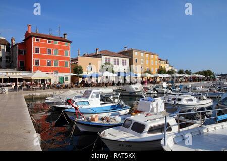 ROVINJ, KROATIEN - 19. Juni: die Menschen besuchen Sie die Altstadt Marina, die am 19. Juni in Rovinj, Kroatien 2011. Im Jahr 2011 11,2 Millionen Touristen besuchten Kroatien, die meisten o - Stockfoto