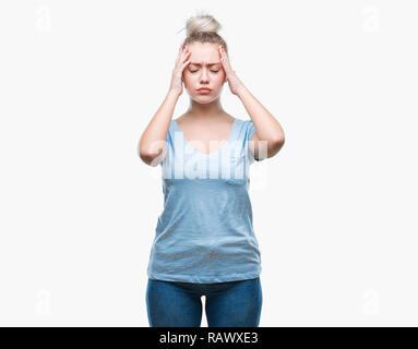 Junge blonde Frau über isolierte Hintergrund Kopfschmerzen leiden, verzweifelte und betonte, weil Schmerz und Migräne. Hände auf den Kopf. - Stockfoto