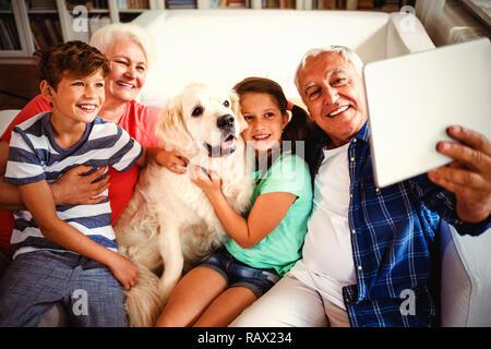 Großeltern und Enkel eine selfie mit digitalen Tablet - Stockfoto