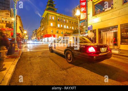 San Francisco, Kalifornien, USA - 16. August 2016: Polizei Auto auf einer Straße in Chinatown von San Francisco bei Nacht. Urban Street View. Blaue Stunde erschossen. - Stockfoto