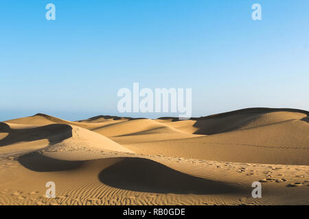 Cascading Sanddünen in der Wüste werfen lange Schatten bei Sonnenuntergang (Dunas de Maspalomas, Gran Canaria, Spanien, Europa) - Stockfoto