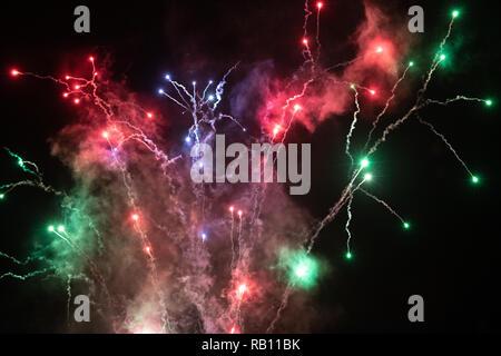 Mehrfarbige Feuerwerk und Rauch in den Himmel bei Center Parcs neues Jahr Feier - Stockfoto