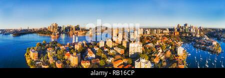 Breite Antenne Panorama über die Dächer von Wohnhäusern in Kirribilli Vorort von Sydney mit Blick von der Innenstadt Sehenswürdigkeiten auf Harbor Shores zu Nort - Stockfoto