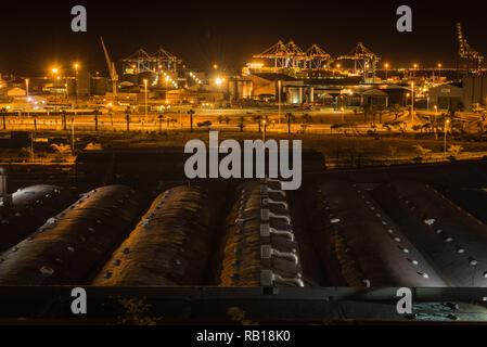 Die Cape Town Containerhafen, mit der Kraftstoff bunker Lagertanks im Vordergrund. Südafrika. - Stockfoto