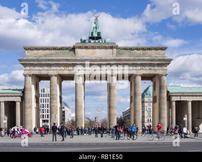 BERLIN, DEUTSCHLAND - 6. APRIL 2017: Touristen Vor dem Brandenburger Tor in Berlin, Deutschland - Stockfoto