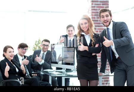 Mitarbeiter mit Daumen nach oben im Büro. - Stockfoto