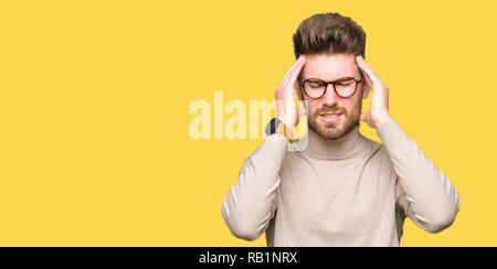 Junge schöne business Mann mit Brille mit der Hand auf den Kopf für Schmerzen im Kopf, weil Stress. Migräne leiden. - Stockfoto
