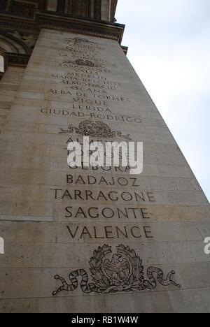 Triumphbogen, Paris: Eine Liste von französischen Siege ist unter der großen Bögen auf der Innenseite Fassaden des Denkmals eingraviert - Stockfoto