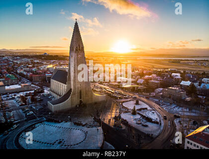 Die Kirche Hallgrimskirkja und Reykjavik Stadtbild in Island Luftbild