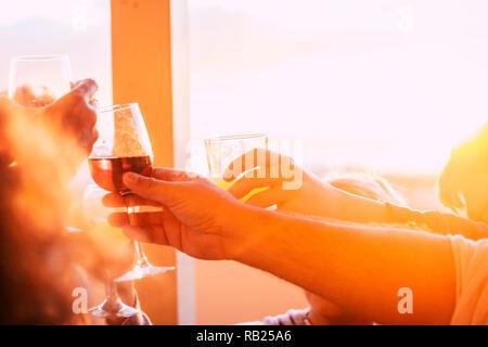 Nahaufnahme von einer Gruppe von Freunden Toasten und Anstoßen mit Bier und Wein alle in Freundschaft feiern - Sonnenuntergang und Sonne im Gegenlicht Summe - Stockfoto