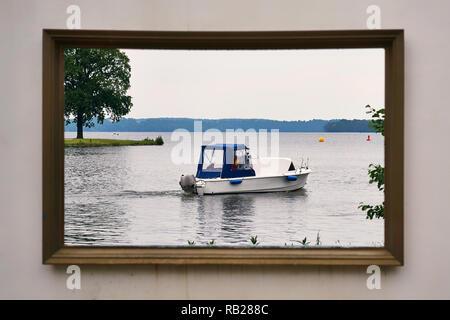 Motorboot auf dem Schweriner See im Bilderrahmen. Schloss in Mecklenburg-Vorpommern. - Stockfoto