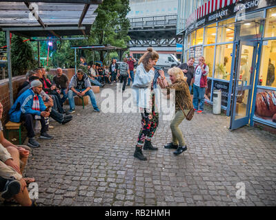 Berlin, Deutschland - 20. Mai 2018: Junge und Alte Frauen tanzen vor einem Geschäft in Kreuzberg Karneval der Kulturen - Stockfoto