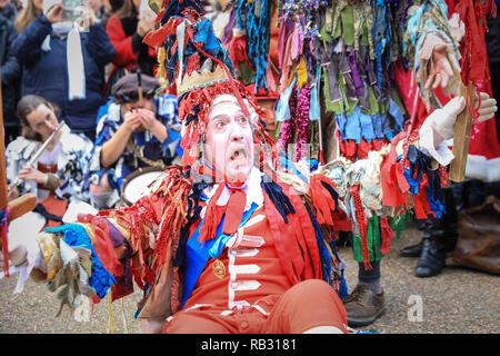 London, Großbritannien. 6. Januar 2019. Die traditionelle Zwölfte Nacht Midwinter Feier ist unterwegs an Bankside. Es verfügt über die Holly Mann, in grünes Laub geschmückt, Paspeliertem über die Themse. Er ist durch die Londoner Kukeri verband, auf Toast (wassail) das Volk, und führen Sie die Freestyle folk Kampf spielen in bunten Kostümen. Die Prozession verläuft über den Fluss dann von Shakespeare's Globe in seine letzte Phase im St. George Inn Southwark. Credit: Imageplotter Nachrichten und Sport/Alamy leben Nachrichten - Stockfoto