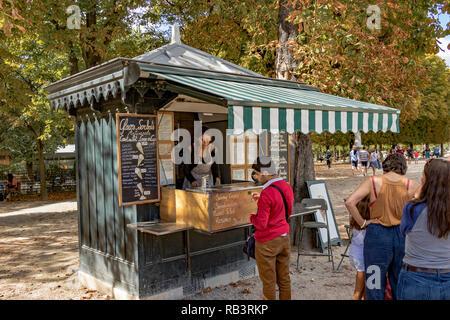 Eine Linie der Leute in der Warteschlange zu einem Imbiss im Sommer tagsüber Erfrischungen vom Kiosk Verkäufer im Jardin du Luxembourg, Paris, Frankreich zu kaufen - Stockfoto