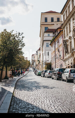 Prag, Tschechische Republik - 23 August, 2018: die Menschen gehen auf die Straße mit Kopfsteinpflaster in der Altstadt in Prag, einer der ältesten und schönsten - Stockfoto