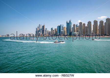 Weitwinkelaufnahme der Jumeirah Beach Residenzen und JBR Strand. Dubai, Vereinigte Arabische Emirate - Stockfoto