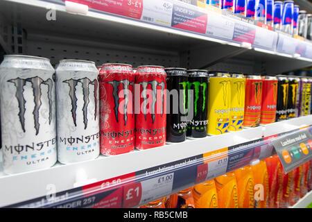Red Bull Kühlschrank Wien : Kühlschrank mit getränkedosen auf einem weißen hintergrund angezeigt