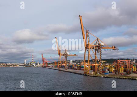Polen, Gdynia - 01. September 2014: Container Terminal in Gdynia. Blick auf den Hafen Kräne und Container. - Stockfoto