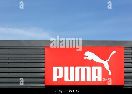 Skanderborg, Dänemark - 6 September, 2015: Puma Logo auf eine Wand. Puma ist eine große deutsche multinationale Unternehmen produziert, dass sportlich, Freizeitschuhe - Stockfoto