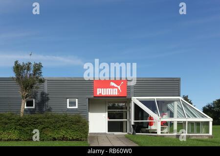 Skanderborg, Dänemark - 6 September, 2015: Puma Logo auf eine Wand. Puma ist eine große deutsche multinationale Unternehmen produziert, dass Sport- und Freizeitschuhe - Stockfoto