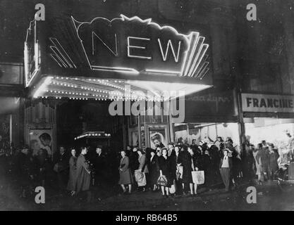 Baltimore, Maryland Donnerstagabend Shopper in einer Linie vor einem Kino 1943 - Stockfoto