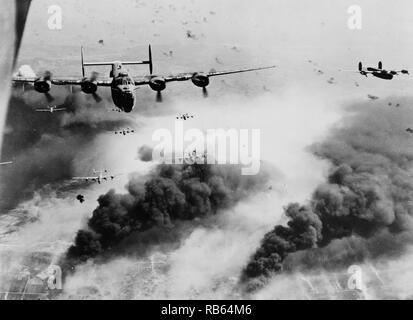Foto, Wellen von Consolidated B-24 Befreier des 15 AAF fliegen Sie über den Zielbereich, die Concordia Vega Ölraffinerie, Rumänien. Vom 1944 - Stockfoto
