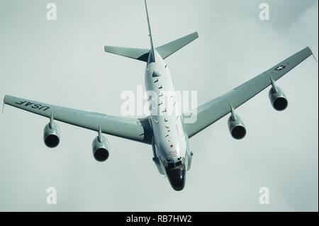 Ein USAF RC-135 V/W Nietverbindung trennt von der USAF KC-10 Extender nach dem Erhalt der Kraftstoff in der Nähe von Irak am Dez. 5, 2016. Der RC-135 Flotte hat in allen größeren US-amerikanischen Konflikt seit dem Vietnamkrieg anwesend gewesen. Es setzt sein Vermächtnis in Combined Joint Task Force-Operation inhärenten Beheben, einen multinationalen Bemühung zu schwächen und Islamischer Staat im Irak und der Levante Operationen im Nahen Osten zerstören und rund um die Welt. - Stockfoto
