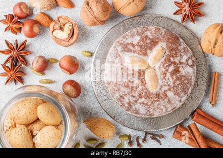 Nürnberger Lebkuchen mit Nüsse (Mandeln, Haselnüsse, Walnüsse) Zucker Glasur. Lebkuchen. Traditionelle Weihnachten und neues Jahr behandelt. Zimt, Anis eine - Stockfoto