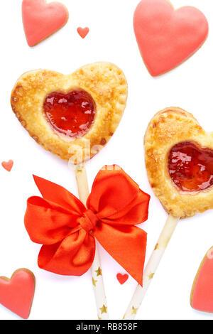 Herzförmige Erdbeertorte Pops, roten glasierten Plätzchen und Süßigkeiten für Valentinstag. Isoliert. - Stockfoto