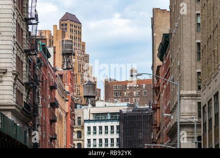 Blick auf das alte Gebäude und Wassertürme im Viertel Tribeca in Manhattan, New York City NYC - Stockfoto