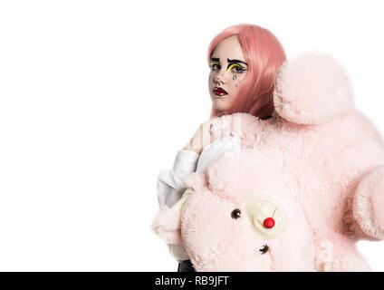 Junges Mädchen mit professionellen Comic pop art Make-up Holding Teddybär. Lustige Cartoon oder Comic Make-up. freier Platz für Ihren Text - Stockfoto