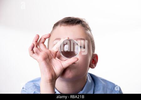Junge schaut verträumt in eine Glaskugel, um die Zukunft vorauszusagen