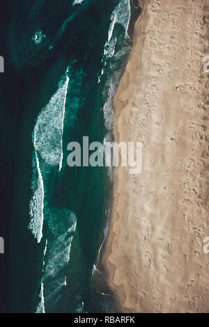 Luftaufnahme von Noordhoek Strand, einem fantastischen unberührten Strand nur entlang der Küste von Kapstadt. - Stockfoto